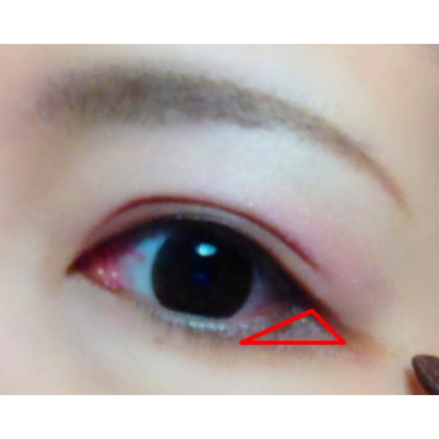 さらに、下まぶたの中央〜目尻に影を作るように色を入れ、程よいタレ目に。 この時、写真のように目尻に三角形を作るようにするのがポイント☆