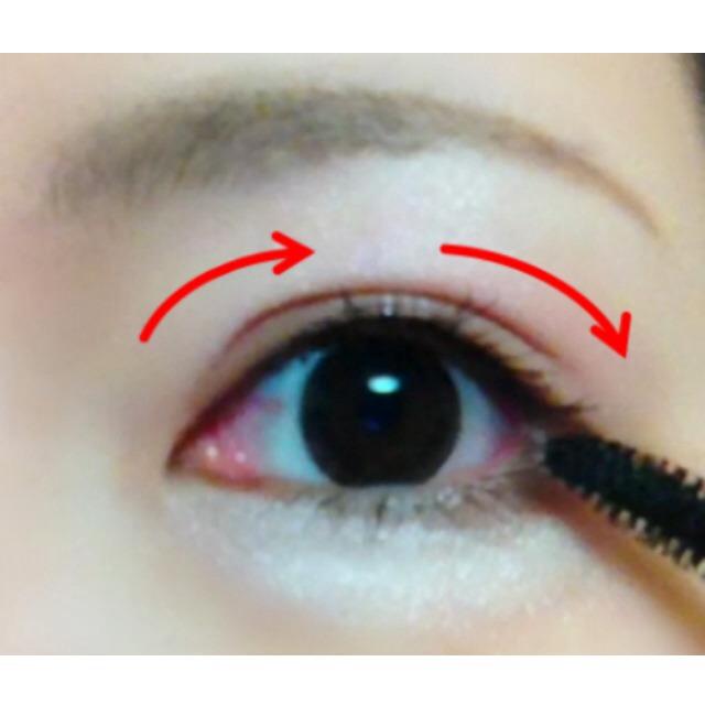 目頭〜中央、中央〜目尻と、ブラシを横にスライドするように動かします。