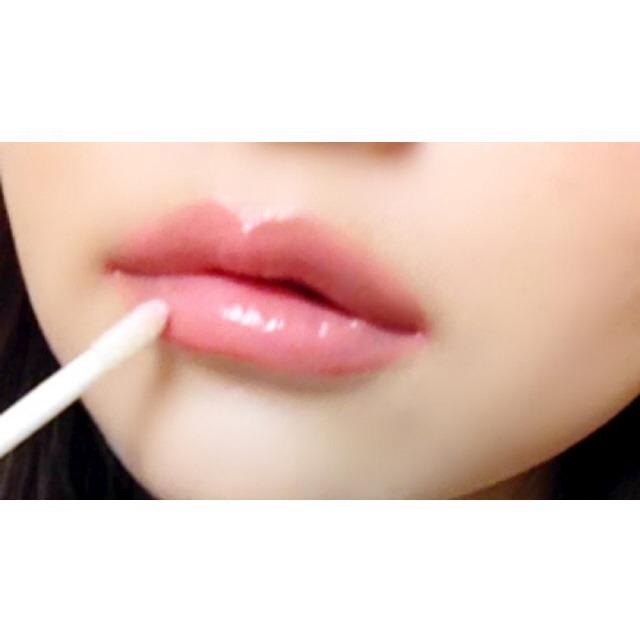 ①で思い切ってオーバーリップに輪郭をとり、唇全体を塗りつぶします。一度ティッシュオフして色を落ち着けます。 さらに②で全体を整え、ふっくら感を出すため再度ティッシュオフしてツヤを抑えます。