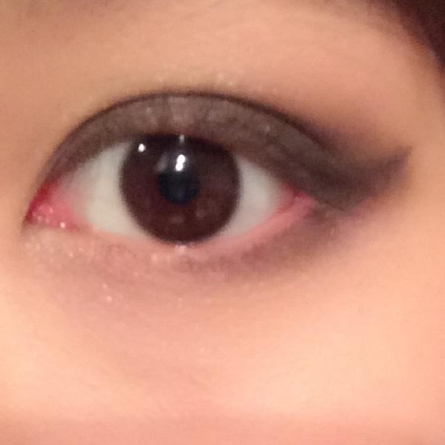 目頭に明るい色、目尻に濃い色をつける。ハネラインとつなげる。
