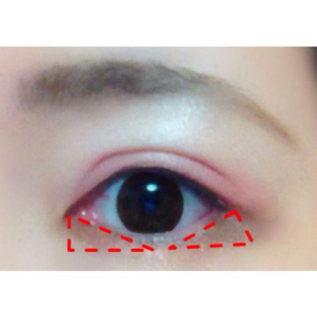 下まぶたのキワに細くオン。 目頭と目尻は太め、濃いめに、目頭から目尻がまっすぐになるように入れると、こじはるちゃんのようなドーリーな目元に♡ 写真のように三角形を意識して入れると◎♪