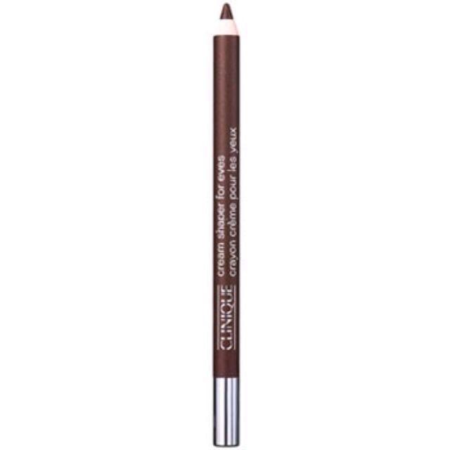 アイライナーは、リキッドよりも柔らかく自然に見えるペンシルが◎。 今回はクリニークのペンシルをチョイス。