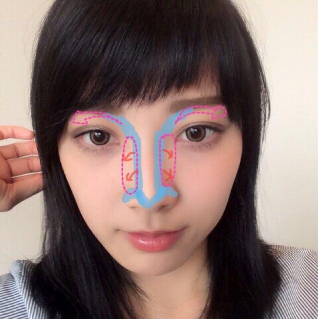 それから、鼻のサイドをぼかして、あと眉のところも矢印の方に馴染ませます