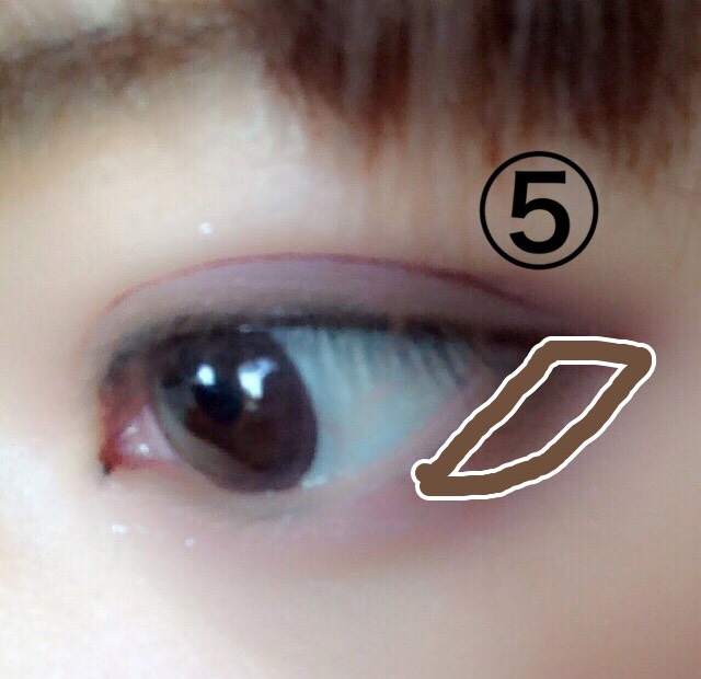 下瞼の三角部分に茶色の⑤を。 これでたれ目気味に。