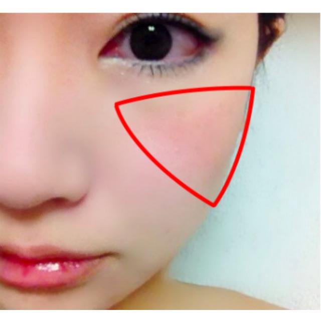 指にとり、黒目よりやや内側から頬骨よりもやや外側の部分に逆三角形に色をなじませます。