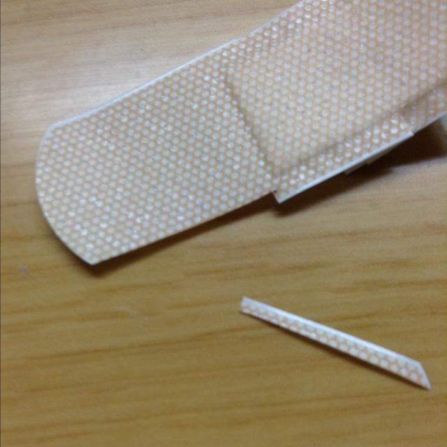 絆創膏をこのように細く切ります