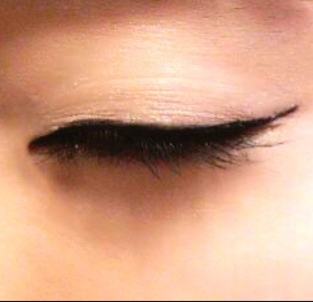 自分の目の目尻から2mmくらいはみ出してやや猫目っぽく跳ねあげます