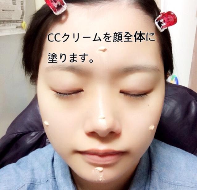 ①將CC霜塗於整個臉部。