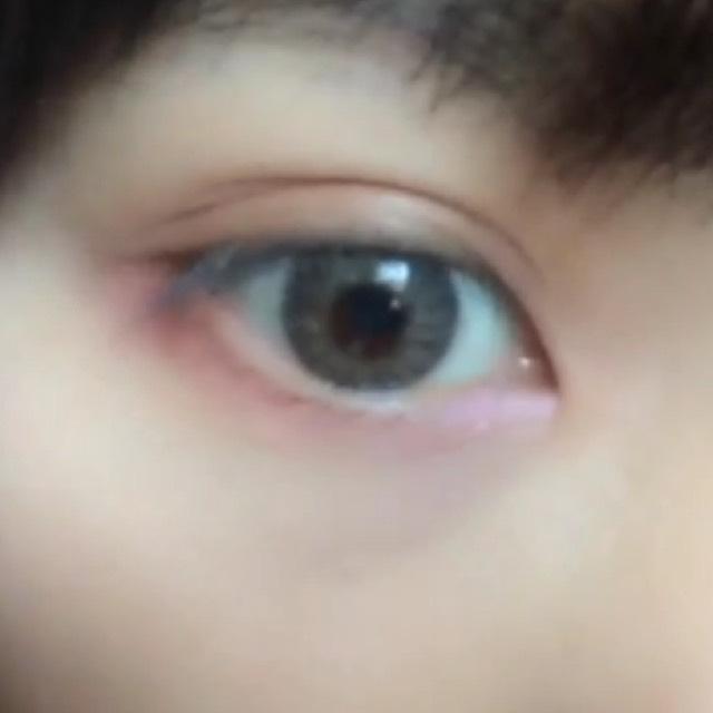 ブラウンのアイシャドウを上瞼に、下瞼はブラウンとピンクのグラデーションをつくる