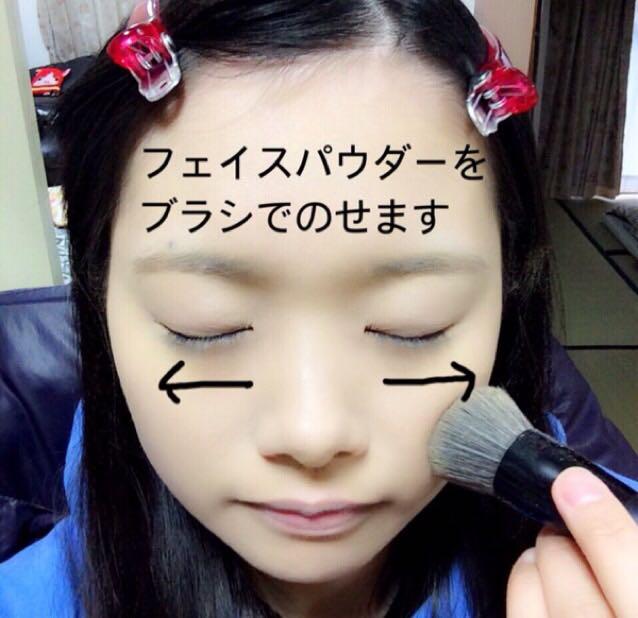 ③フェイスパウダーをブラシで内側から外側へ顔全体にのせます。