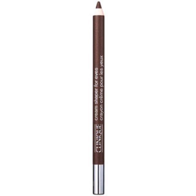 下まぶたには柔らかブラウンのペンシルを使用。 使ったのは「クリニーク クリームシェイパーフォーアイ(チョコレートラスター)」。
