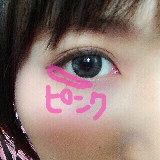 キャンメイクのピンクを目尻下に細めにぬる