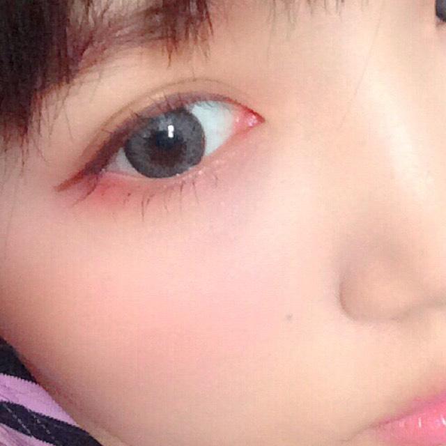 チークは目の下、頬骨の上あたりに広めにいれます。