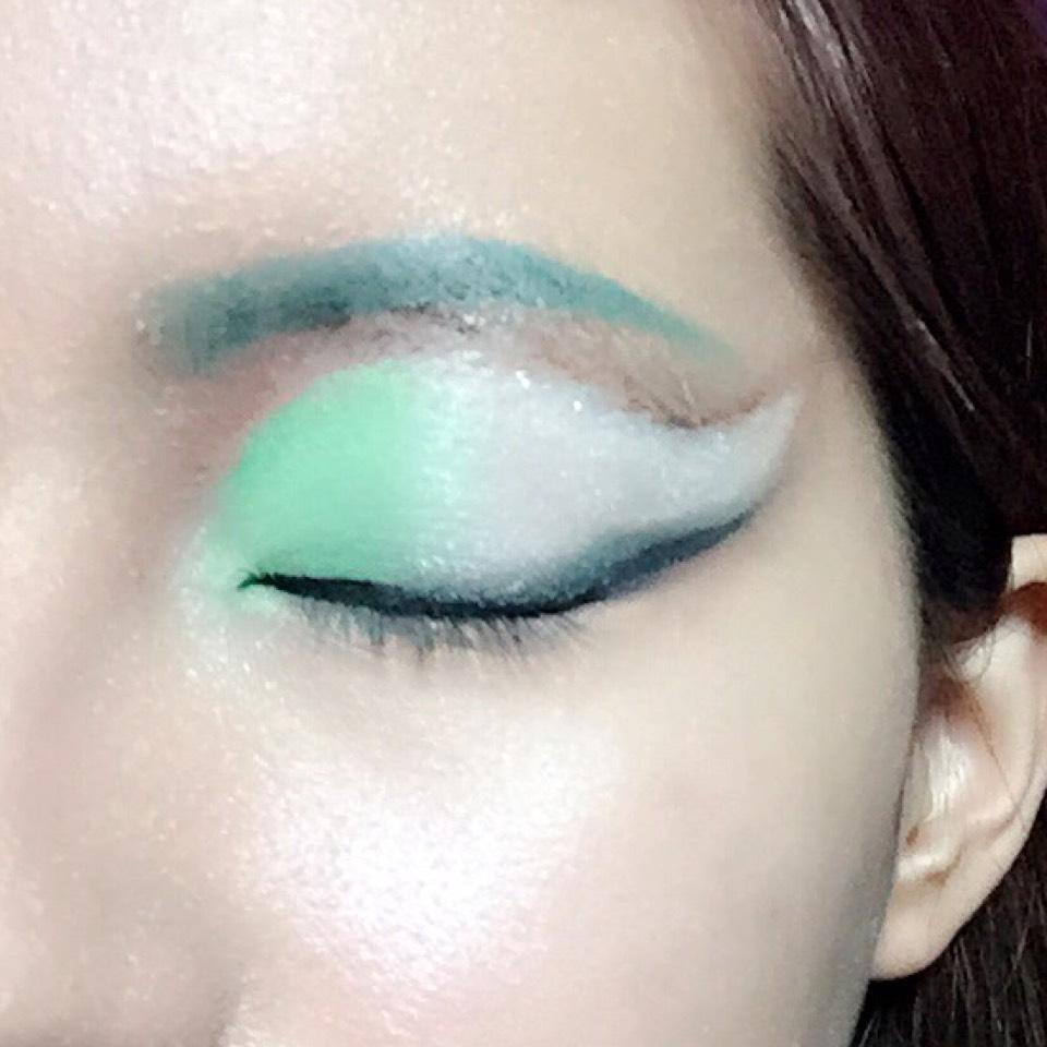 濃いグリーンでアイラインをぼかし、同じ色で眉も書きます。