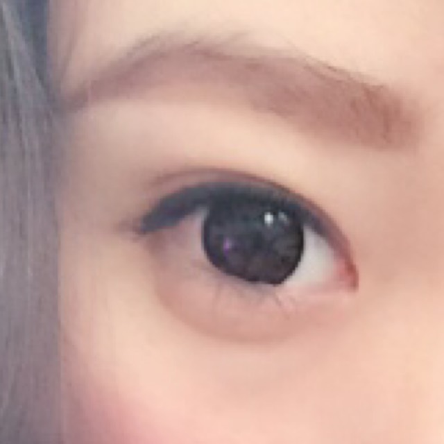 眉毛を太く、色は薄めに。目尻を幅を広くして、少し釣り上げます( •ω•ฅ) 涙袋は、影をしっかりと付けて。 アイラインは目尻をあまり伸ばさずに、まつげもマスカラは重ね付けはしていません。