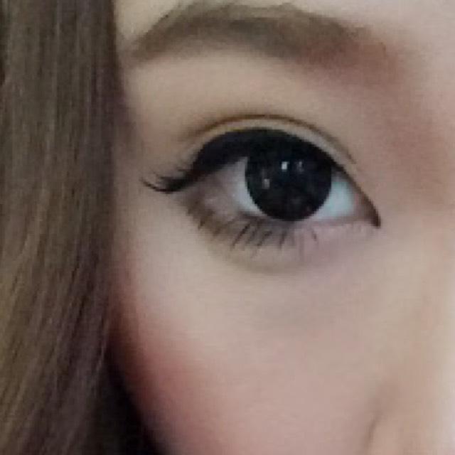 眉毛は濃く、目頭部分を鼻筋に沿ってぼかしています。 目頭切開ラインも入れて下ラインもオーバーラインしています♡ 付けまつげは、100均のストレートタイプを購入。 下まつげはマスカラのみです\('ω')