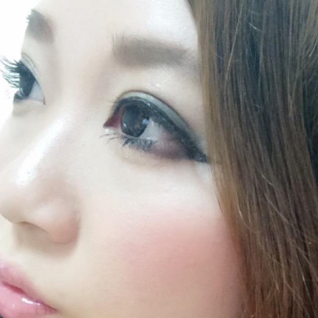 鼻が低く、大きいのでノーズシャドウは眉毛に塗ったものと同じシャドウでハッキリのせています( •ω•ฅ) アイシャドウは、黒目から目尻にかけてブラック、目頭から黒目にかけて濃いめのブラウンでグラデーショ