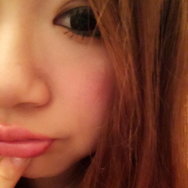 唇は、まずファンデーションでoffしたあと、サーモンピンクのリップを塗り、そのあとMACのリップガラス、リズム を使用します♡