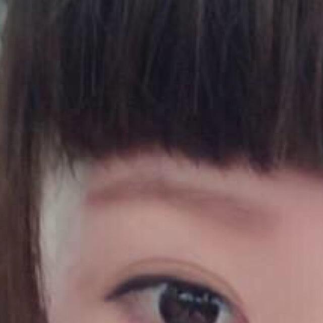 眉毛は、伸びている元々の眉毛にあくまで少しシャドウを乗せる程度です♡ペンシルは一切使いません( •ω•ฅ)
