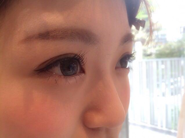 ①目を大きく見せるベビーアイ  アイシャドウは、濃い色でしっかりメイクするより淡い色のアイシャドウに、細くアイライナーを引く方が、大きく目を見せる効果があります!  目頭の涙袋部もポイント✨