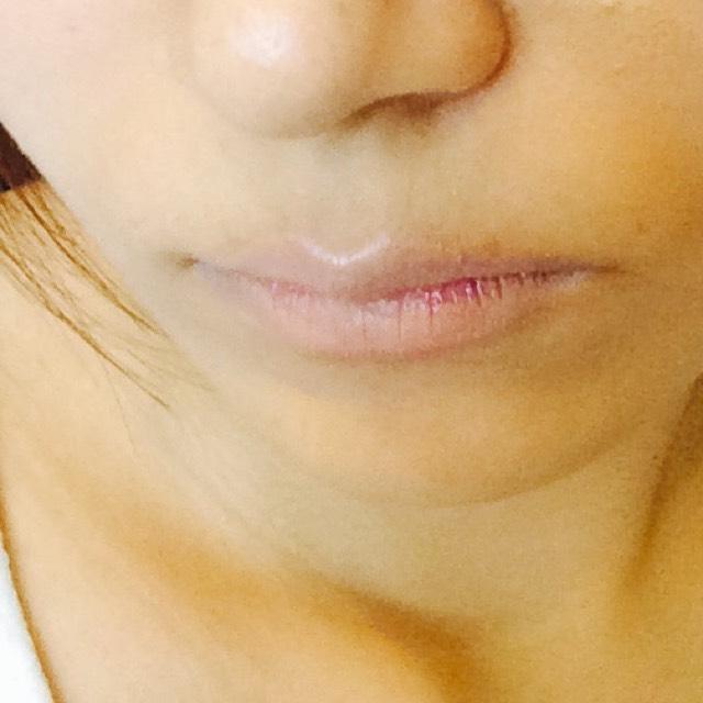 血色をなくすためにコンシーラーで唇の色をなくします。