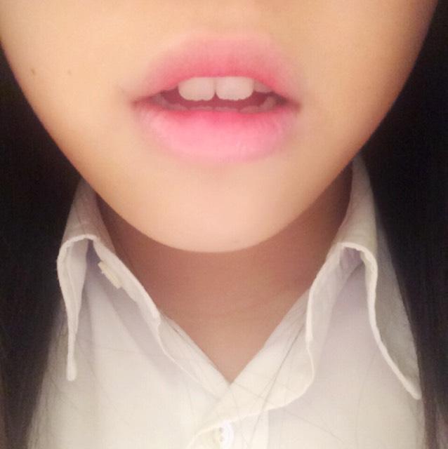 次は濃いめの色です。 2番と同様に、唇の内っ側にのせて、外へとぼかしていきます。