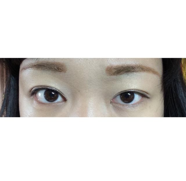 目を開けるとこんな感じ。 アイシャドウを塗ると、目を開けてもまつ毛がくっつきません。