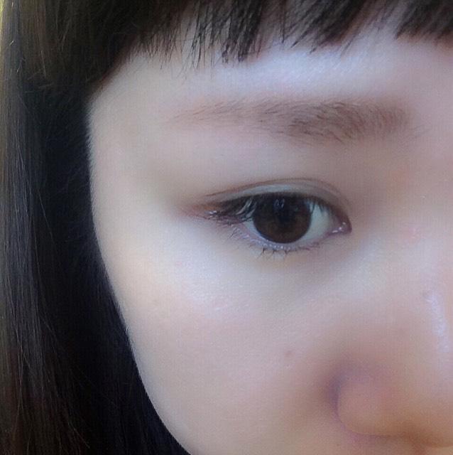 キャンメイクのアイシャドウを眉毛全体にのせる。ふんわり眉毛で重要な工程。