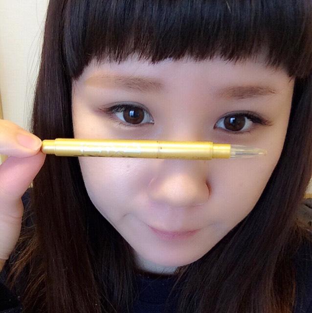 エクセルのアイブロウペンシルで平行に描きたす。わたしは上がり眉なので、し下を重点的に描きたして、目と眉毛の間を狭めてます。