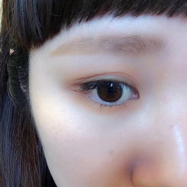 眉毛と同じオレンジのアイシャドウを、アイホールと涙袋にのせる。