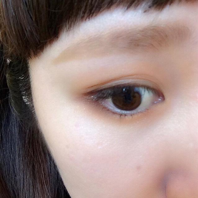 濃い茶色のアイシャドウを、目のキワ上下に入れてくの字で繋げる。