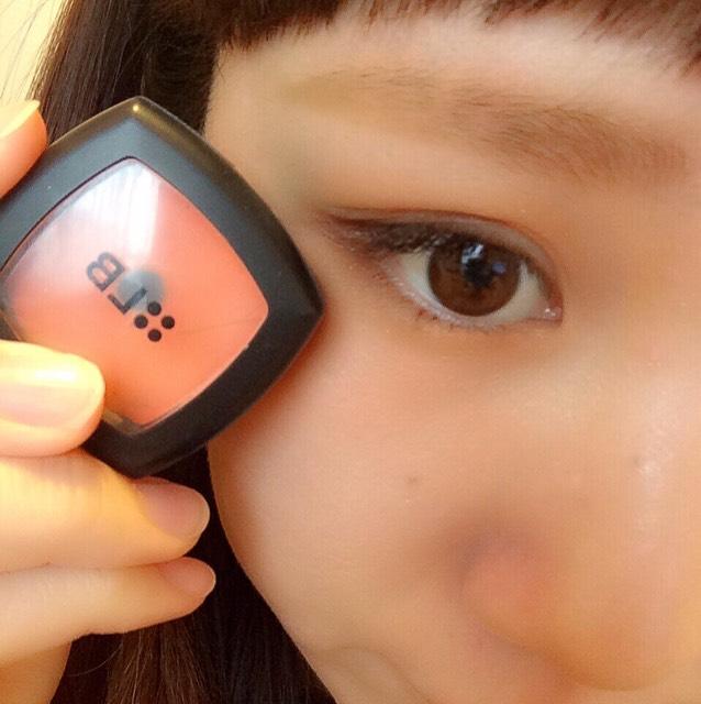 LBのクリームチークを指で目の下にのせる。