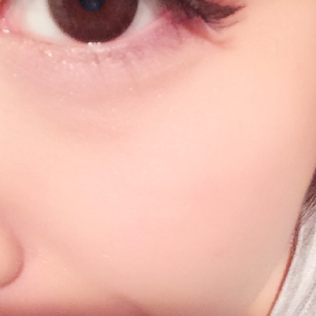 チークは目の下にオレンジを丸くいれます