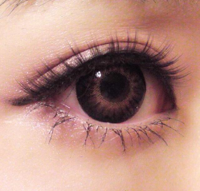 つけまつげを上手くつけるポイントは真ん中→目頭→目尻の順番につけると上手くいきます! あと目頭と目尻につけまのりを多めにつけて軽く息を吹きかけて乾かすとつきやすいです!