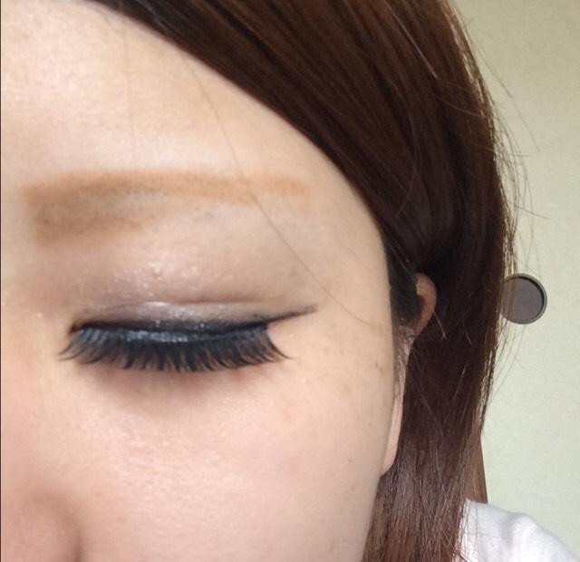 眉毛を書いて二重をくっきりさせるためにアイプチとマイクロファイバーを使って二重をつくります