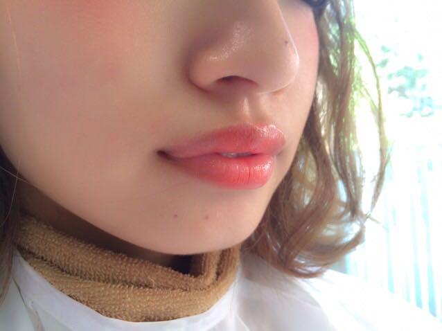 ③リップ 透明のグロスをつけてから、オレンジのリップを中央に手で軽くつけるだけ!!!  口紅よりさきに透明のグロスを塗ることで唇の盾筋を消してくれます♪