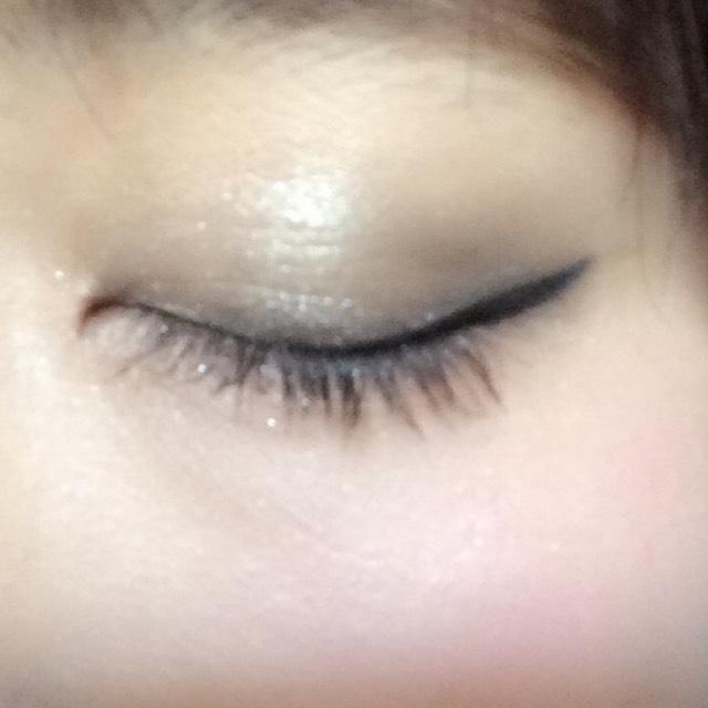 三色をグラデーションになるようにぬります。最後に瞼の真ん中にホワイトグレーをのせて立体感を出します。