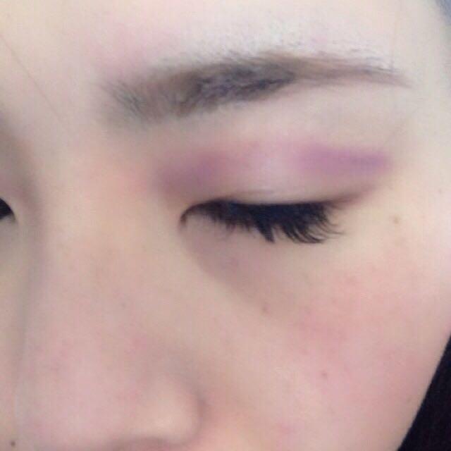 一番左のディープカラーの紫を目のくぼみに沿っていれます。そのあと、ラインの上部をきれいなブラシでぼかします。(写真はぼかす前です。)