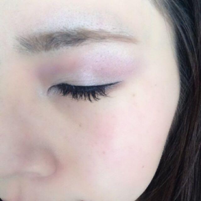 下まぶたの目尻側から3/4にミディアムカラーの紫を、目頭をくの字の囲むようにピンクをのせます。 アイラインはみなさんのお好きなように引いてください。 これで完成です。