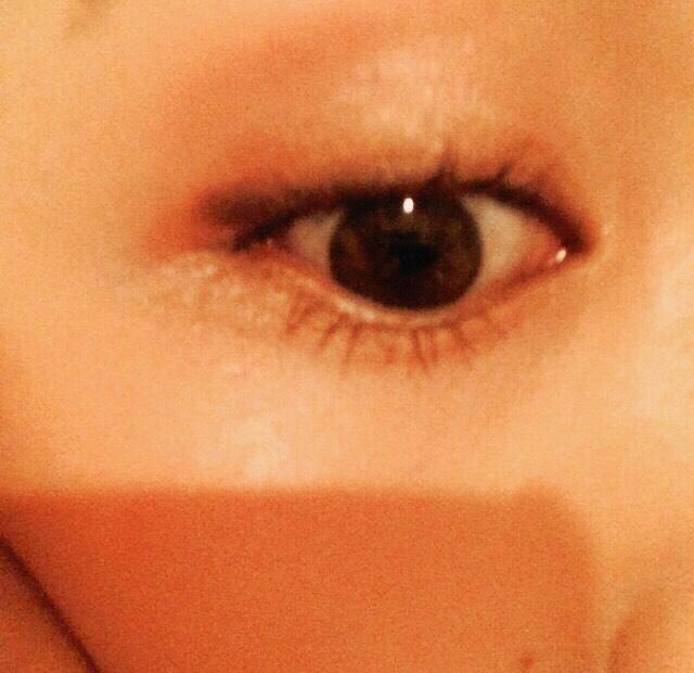 アイラインは黒目の外側からまっすぐになるように描きます。
