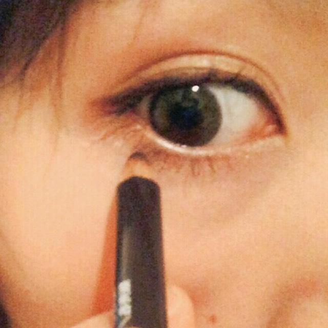 黒目のやや外側の下瞼にもアイラインをひきます。目尻は空けたままです。