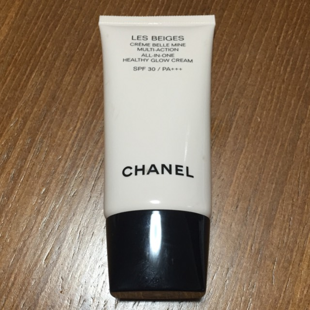 化粧水、乳液→ ベースにCHANEL レ ベージュ クレーム ベルミン をムラなく塗りますSPF30 PA++なので日焼け止めも兼ねて(^^)