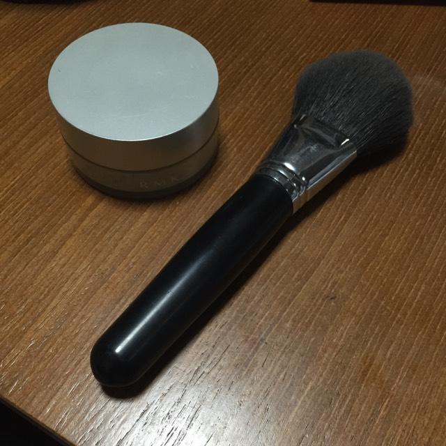 RMK トランスルーセントフェイスパウダー を叩きます。 粉の付き過ぎは粉ふきの原因なので、つけたあと筆で余計な粉を落とします