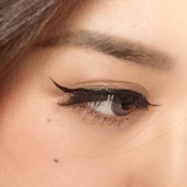 リキッドアイライナーで アイラインを書きます。 目頭~黒目までは細く 粘膜塗りつぶすだけ そこから徐々に太くし、キャットラインを作ります。 目尻は1センチほどはみ出して終わります やりすぎないように、