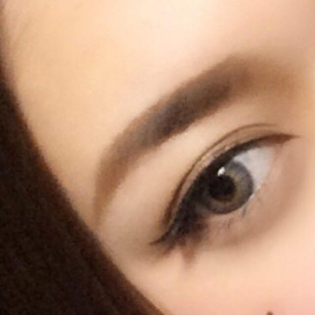 眉毛は資生堂アイブロウペンシルで眉頭~眉山まではまっすぐ書きます 眉山上は少し角度をつけ、眉山下側は灘らかなアーチになるように自然に下ろします! ブロンジングパウダーてま眉頭をぼかす