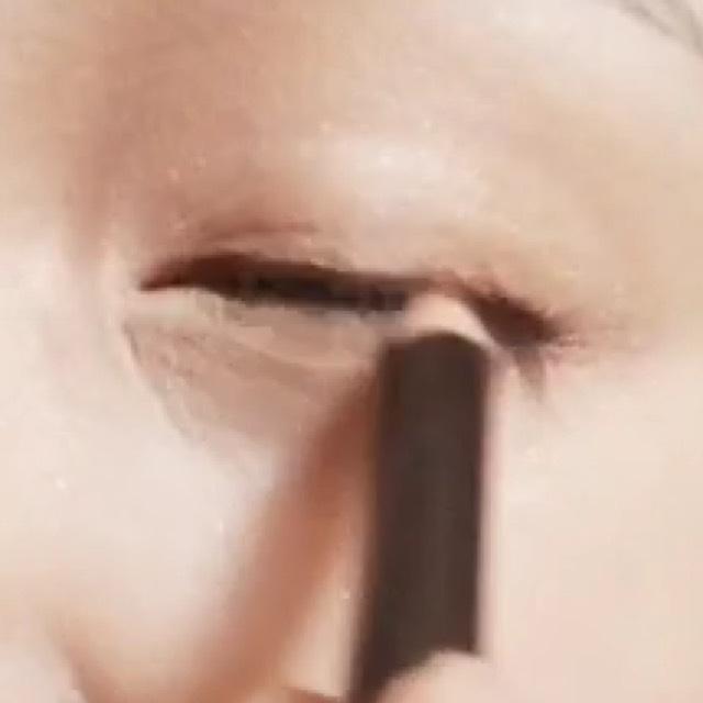 アイライナーペンシルで目のキワをかきます。描いたら指でぼかします。