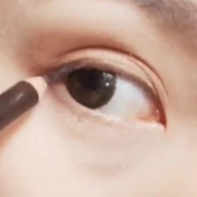 目の下側にも3ミリくらい描いてぼかします。