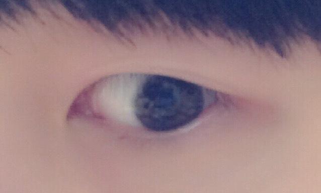 すっぴんの目です。がっつり一重なので、メイクをする前にマッサージと瞼の油分を取っておきます。