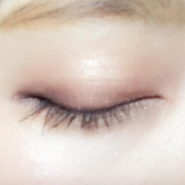 瞼全体と、下まぶたにクレヨンシャドウを塗って、ゆびで伸ばします。