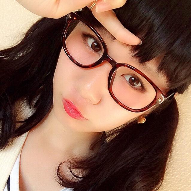 黒髪×メガネ×赤リップ